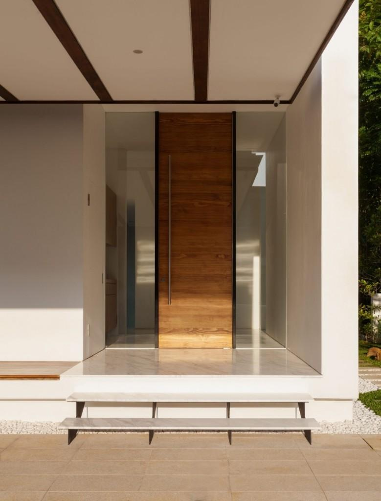 Puerta de entrada de madera alta