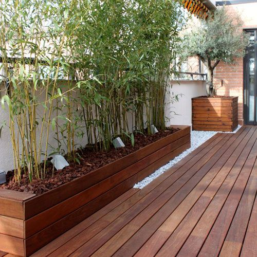 8 incre bles balcones y terrazas con suelos de madera for Decoracion de jardines con piedras y madera